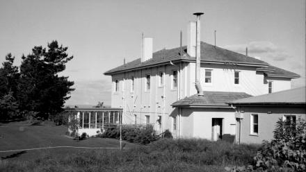 Side view of Director's Residence, 1960s (Mt Stromlo Archives)